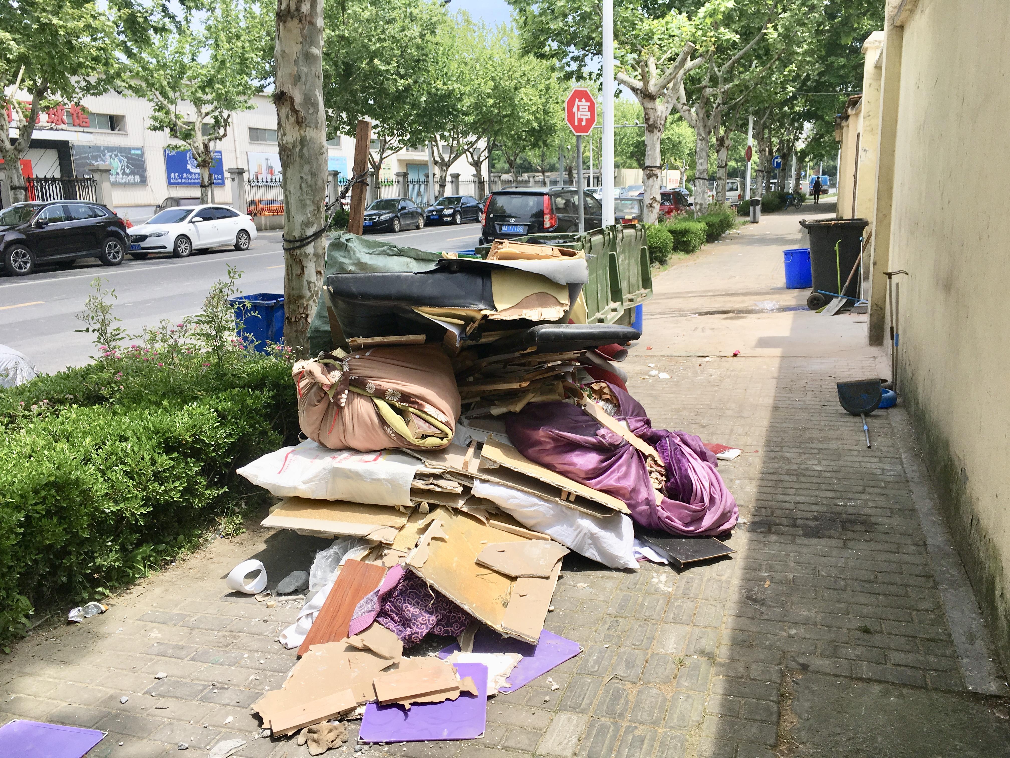 上海歩道のど真ん中にゴミの山が