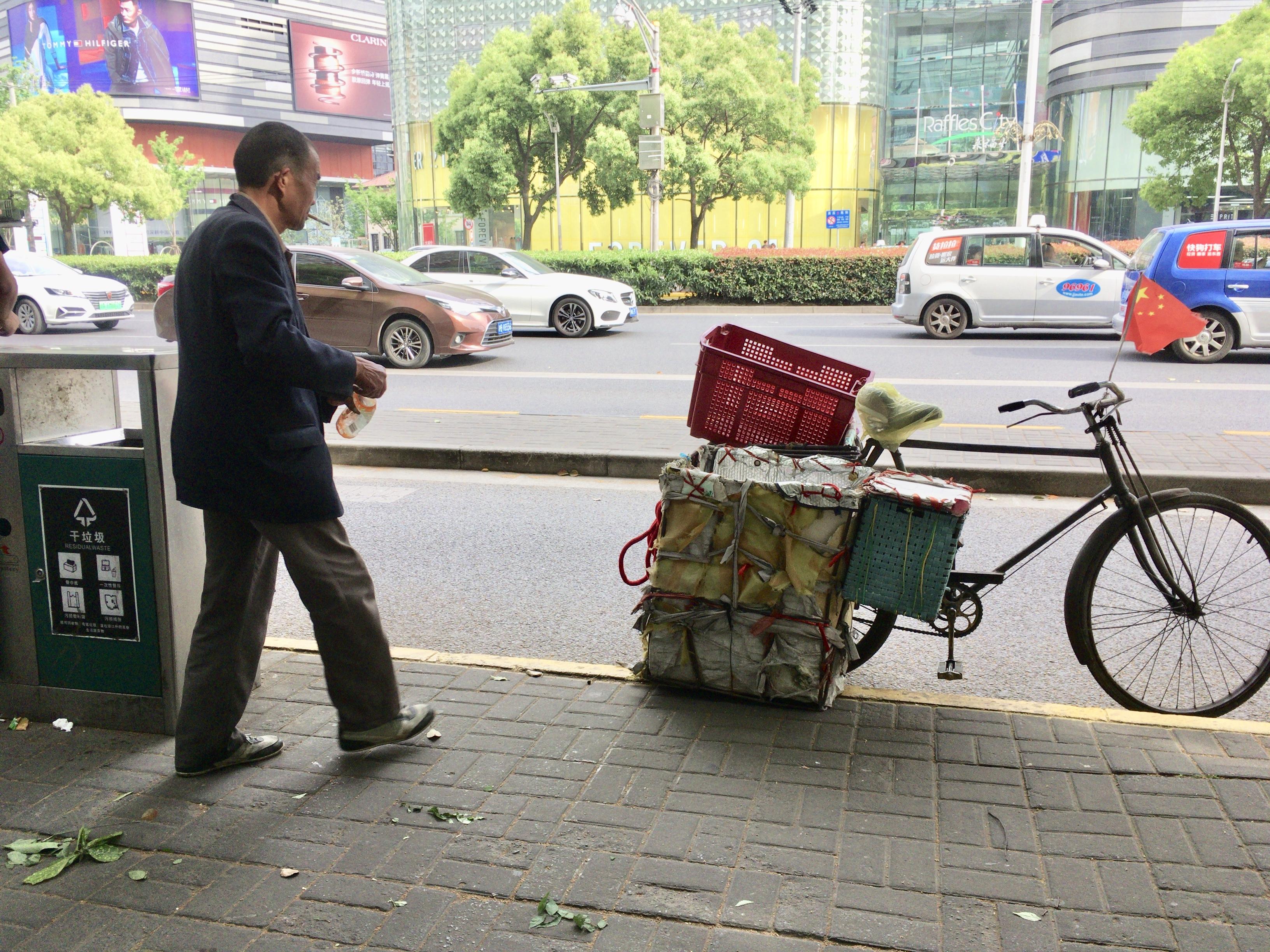 上海の自転車ゴミ回収、タバコをくわえたおっちゃん