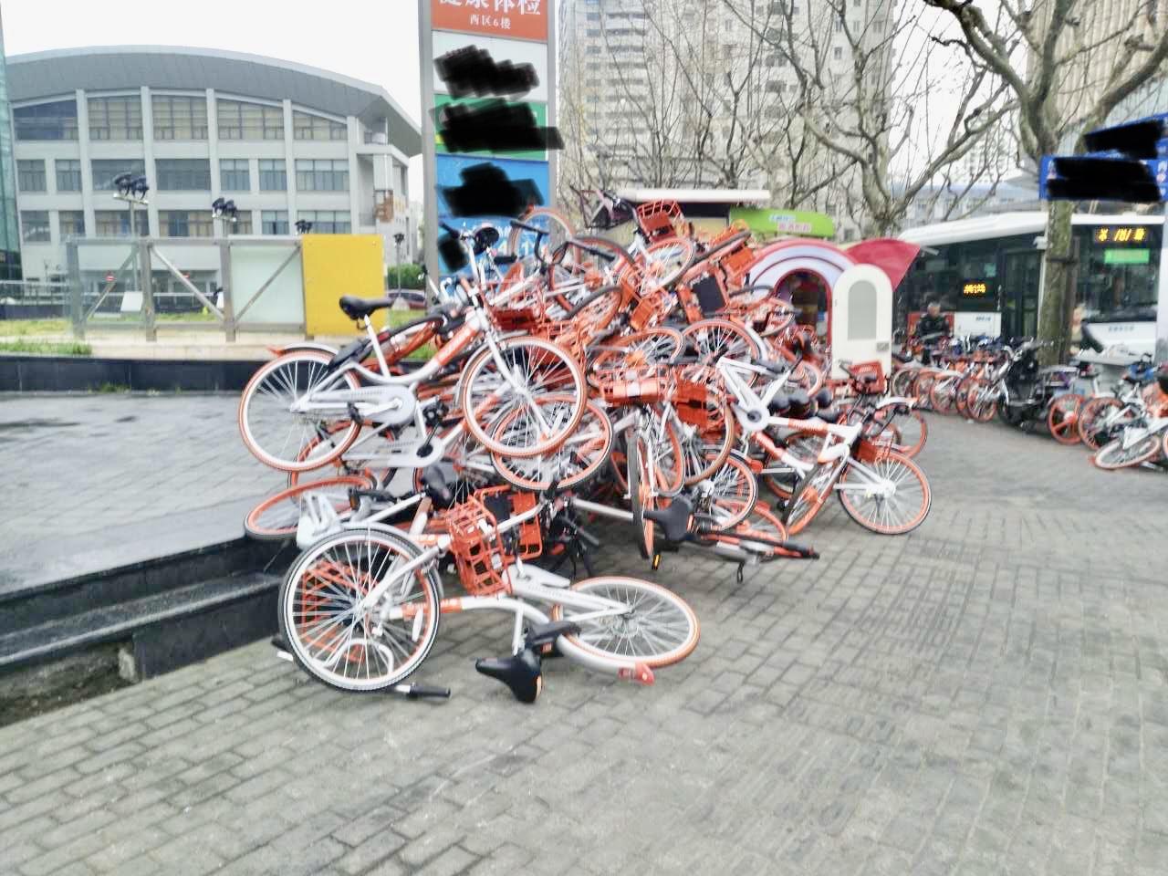 上海モバイクの自転車が山盛りに盛られる