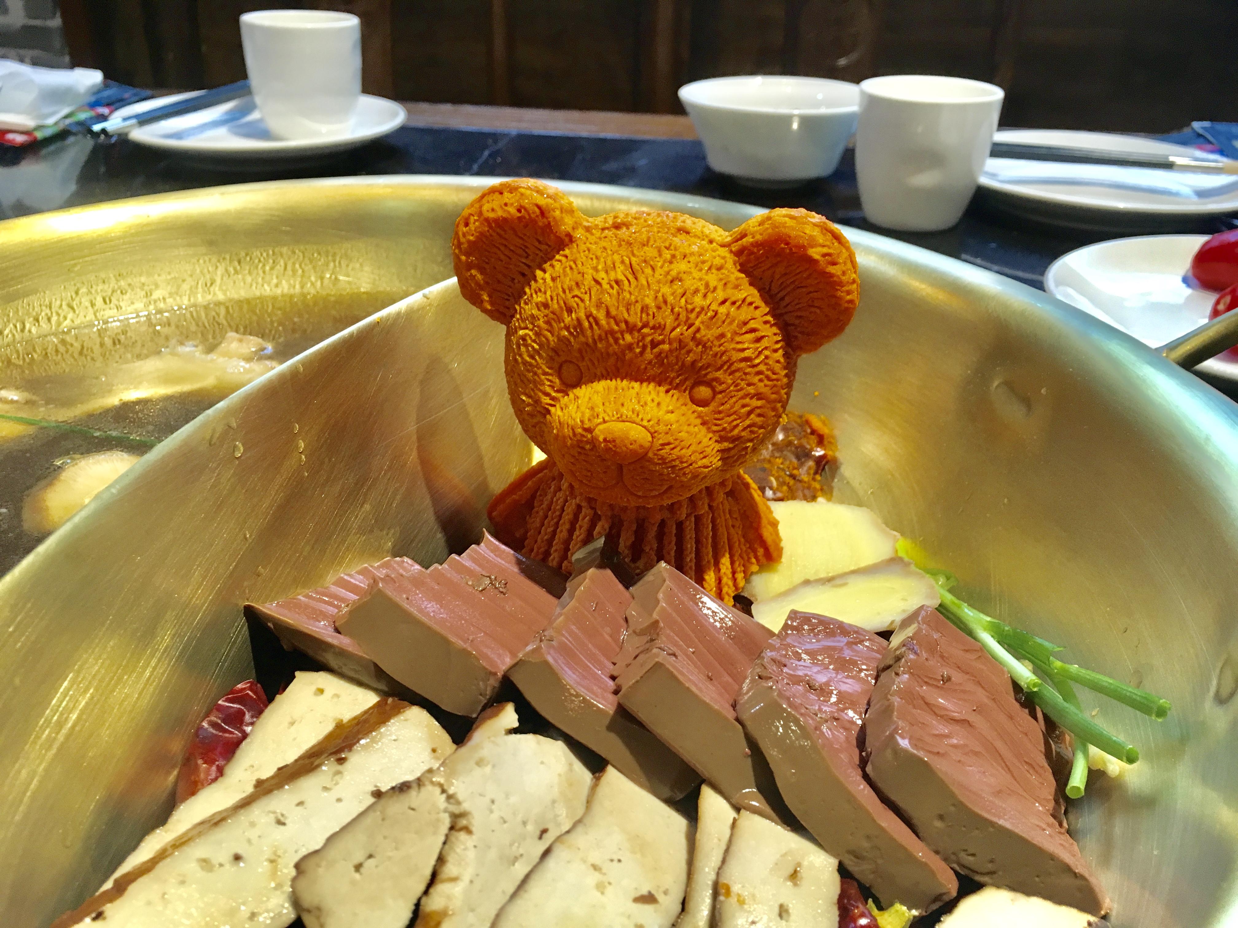 四川料理火鍋の上に可愛らしい熊さんが