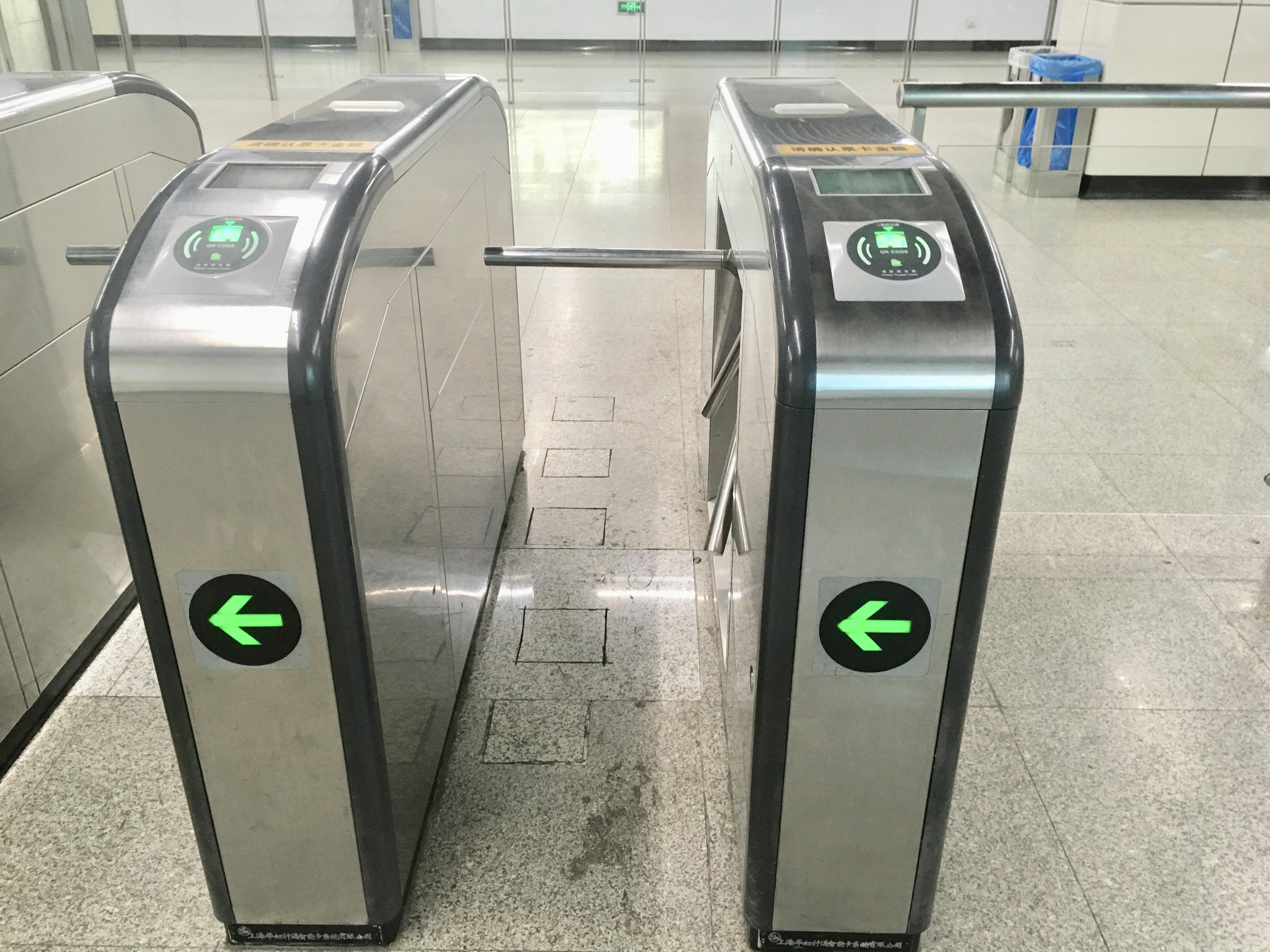 上海地下鉄改札をスマホを使って通る