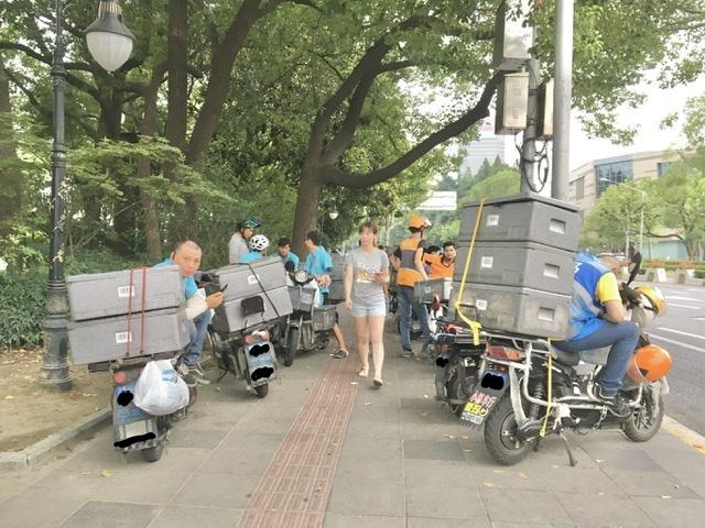 【上海】灼熱の中デリバリースタッフは外で待機する