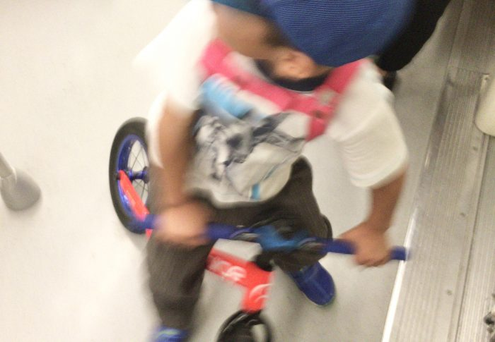 【上海】地下鉄内で自転車を乗り回す少年
