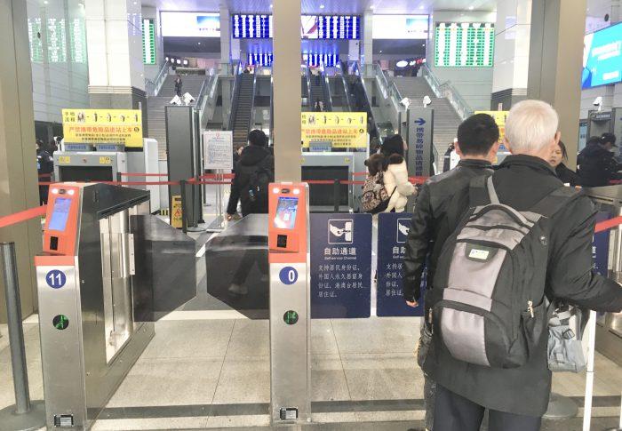 【上海】上海火車駅の入り口に自動受付機ができた