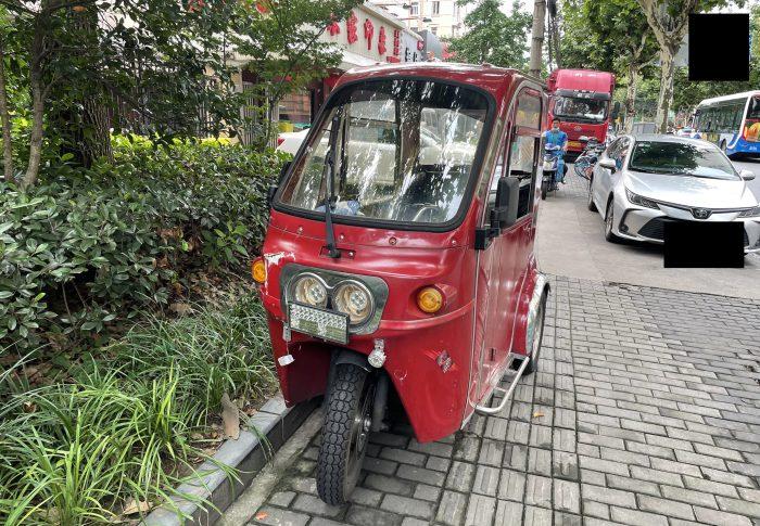【2021年7月上海】日本では見かけない、赤い車は障害者用の三輪車