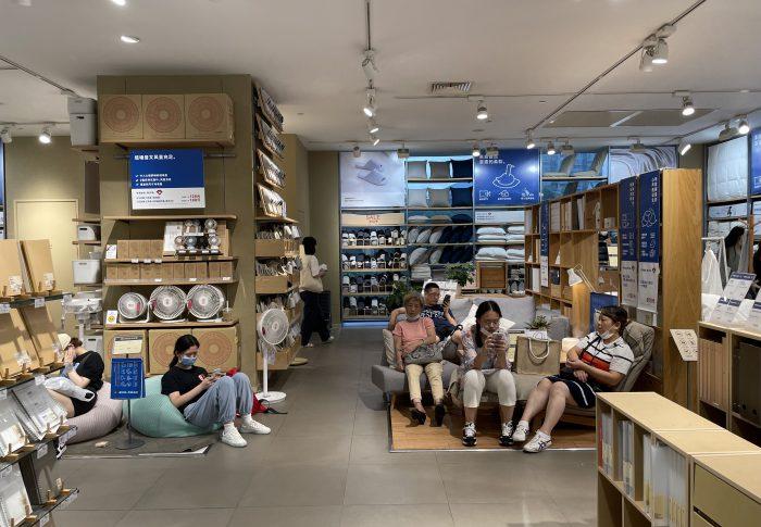 【2021年9月上海】なぜ中国人はイケアのみならず、無印良品店内でも寝るのか?